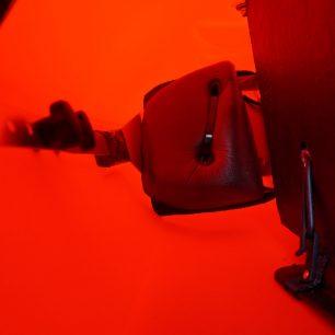 Doladění nožní opěrky pěnami. Vpravo je vidět uchycení pěkny gumičkami.