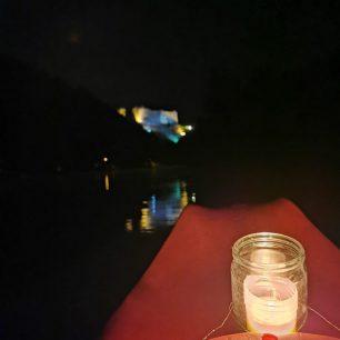 Každá kanoe je teď osvětlená sklenicí se svíčkou