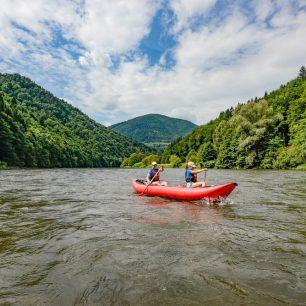 Pod Vrútkami se zelené údolí svírá a svahy nad řekou povážlivě narostly. / F: Jan Hocek